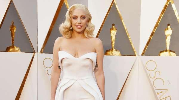 Lady Gaga Anggun Bergaun Putih di Oscar 2016