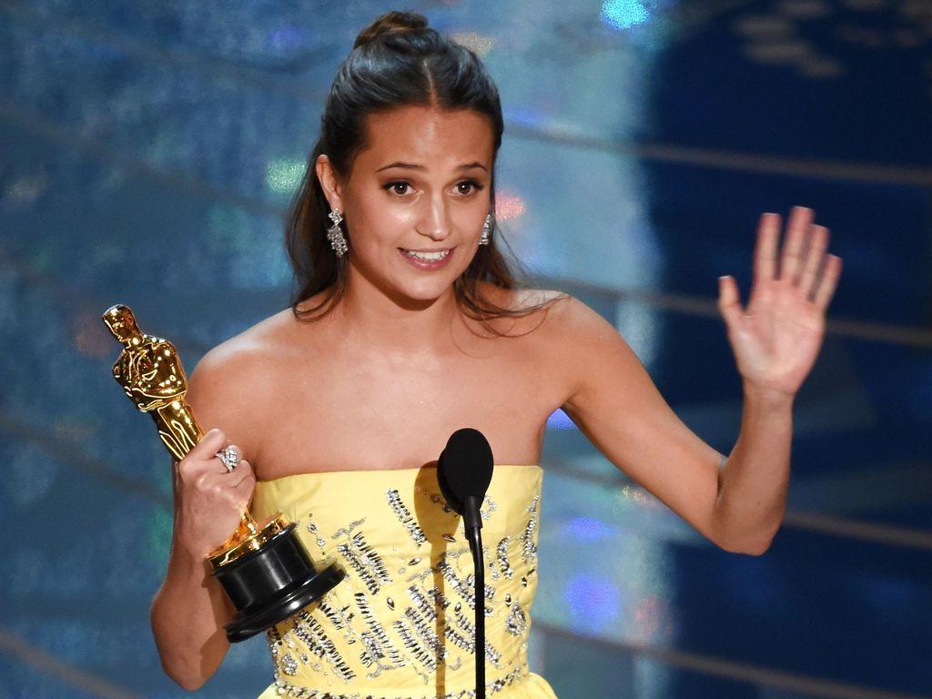 Alicia Vikander Berkaca-kaca Raih Oscar Pertama