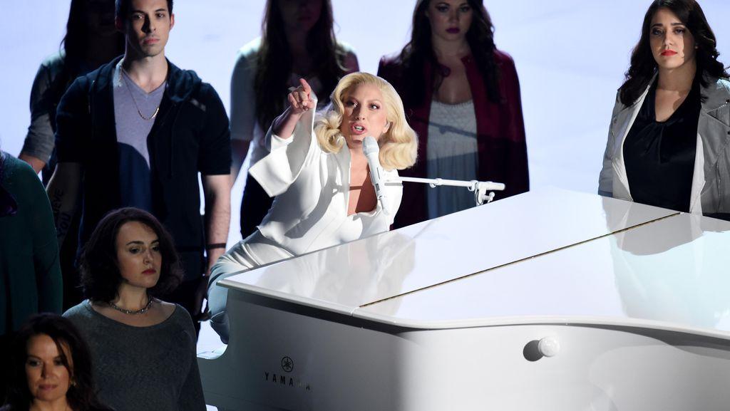 Lady Gaga Pukau Penonton di Oscar 2016