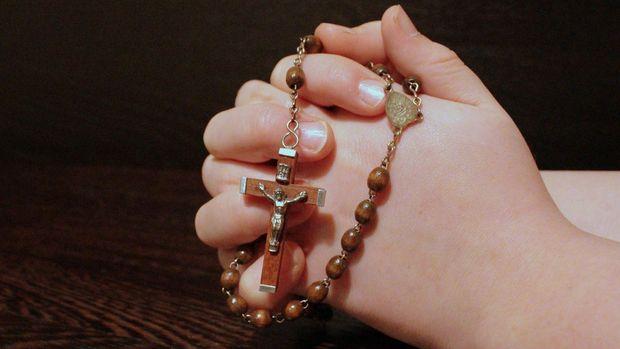 Ilustrasi berdoa dengan rosario