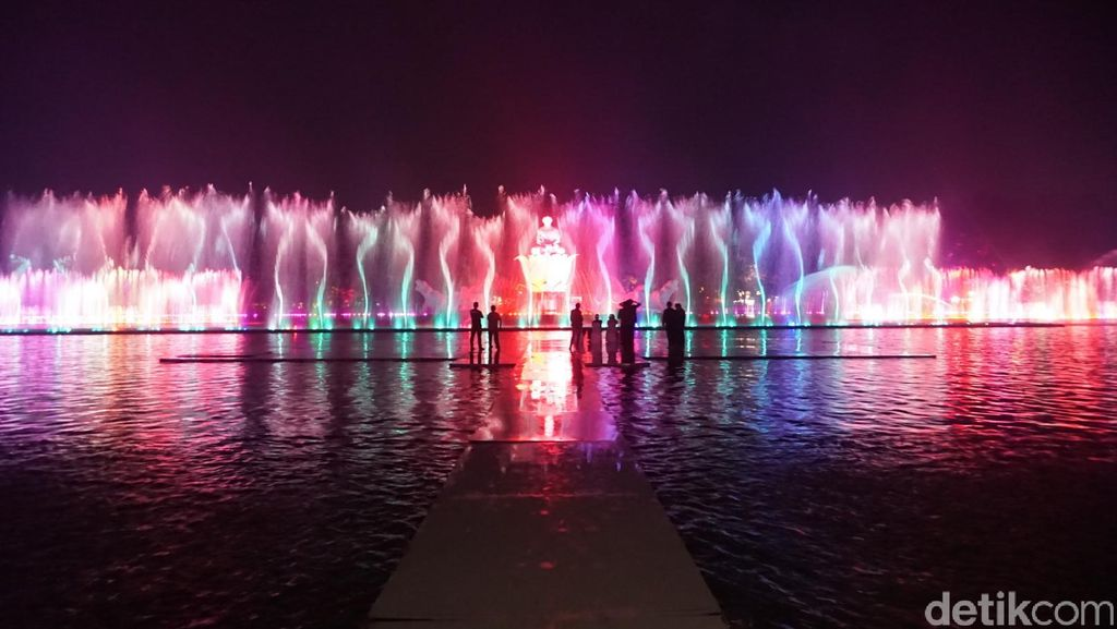 Wisata Malam di Purwakarta, Tonton Air Mancur yang Super Cantik!