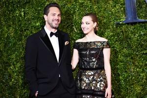 Amanda Seyfried Hamil Anak Pertama dengan Tunangan