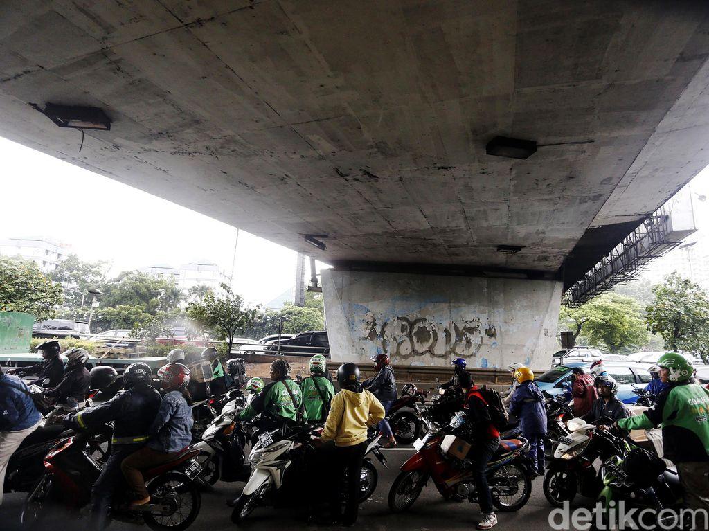 Pemotor Neduh di Kolong Jembatan, Kena Tilang Elektronik Juga?