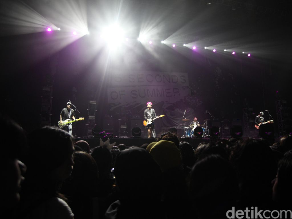Pee Wee Gaskins Panaskan Konser 5 Seconds of Summer