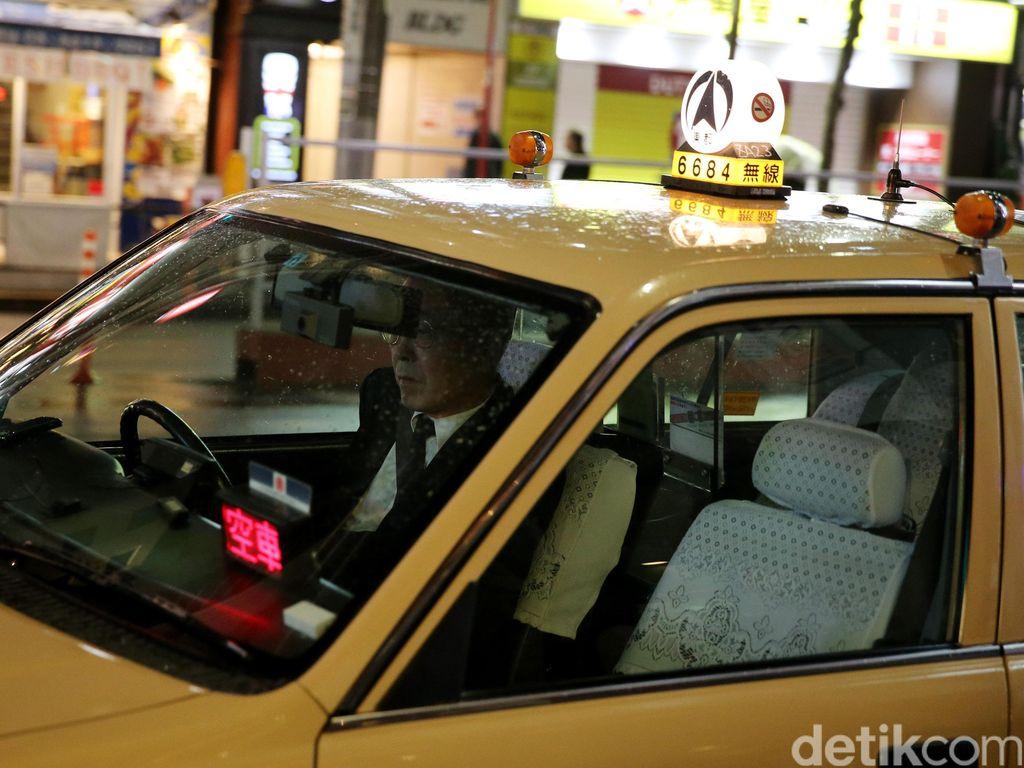 Supir Taksi Ini Diskors Setelah Fotonya Pakai Masker Wajah Saat Kerja Viral