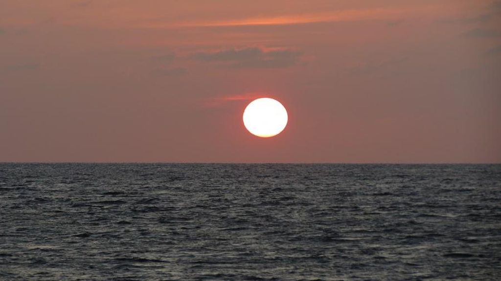 Sunset di Pantai Akerica, Indahnya Tak Kalah dari Gerhana