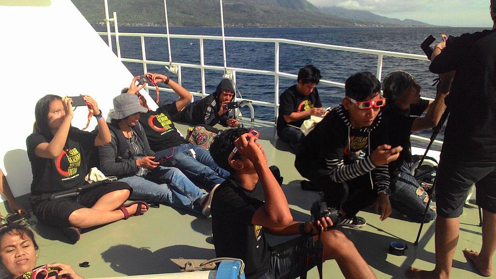 Ketika Laskar Gerhana Menikmati Pagi di Kapal Bakamla
