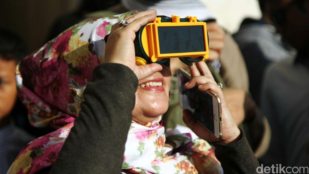 Warga Jakarta Nonton Gerhana Matahari