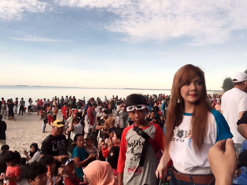 Irma Dharmawangsa Antusias Lihat Gerhana di Belitung