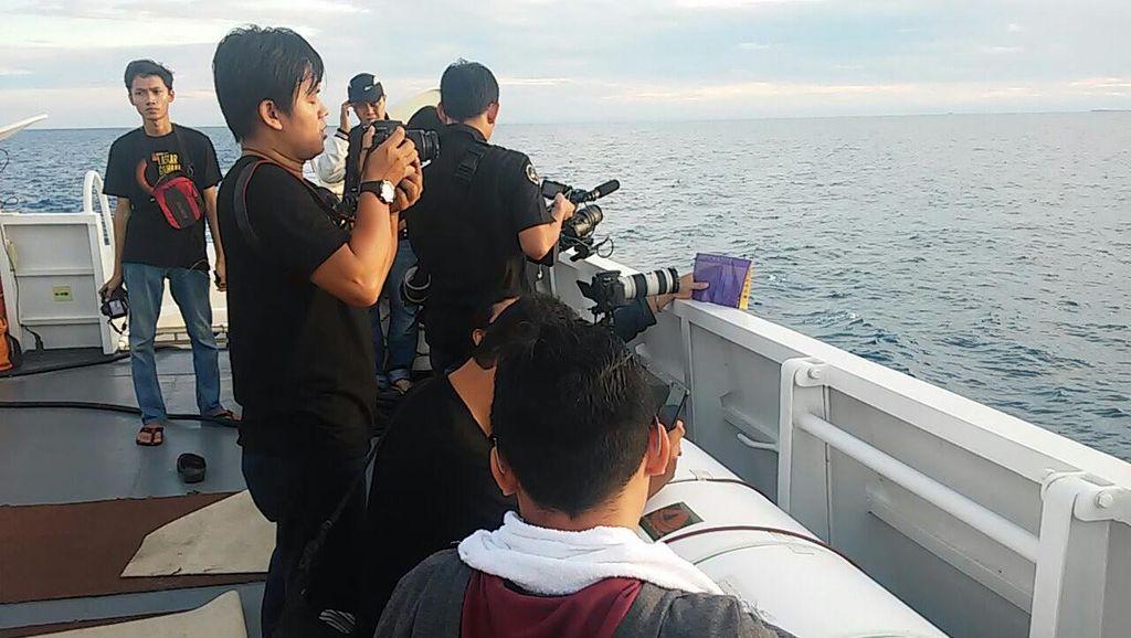 Keseruan Laskar Gerhana Belitung Tur Keliling Kapal Bakamla