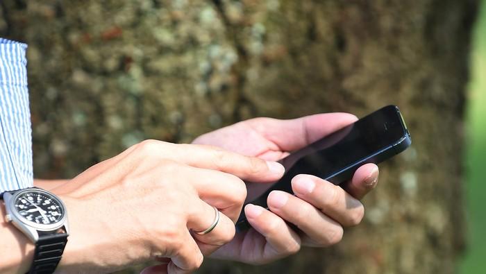 Bakteri di ponsel 10 kali lebih banyak daripada di toilet. Foto ilustrasi: GettyImages