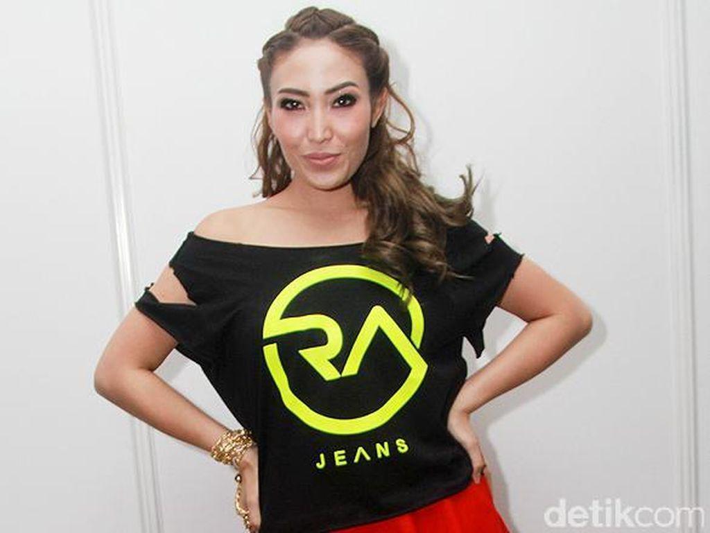 Ayu Dewi Bergaya dengan Baju Koleksi Raffi Ahmad