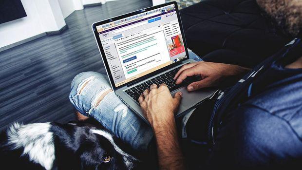 Ilustrasi Menggunakan Laptop