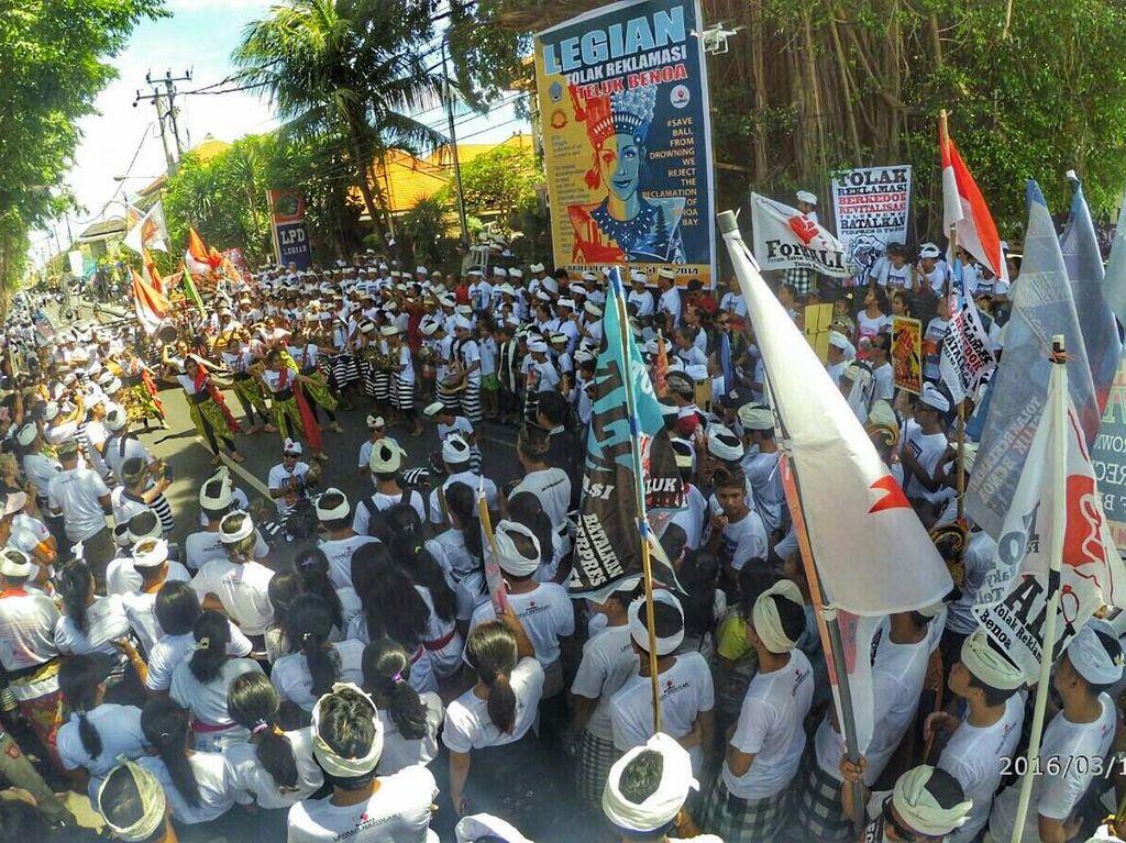 Ribuan Warga Legian Turun ke Jalan Tolak Reklamasi Teluk Benoa