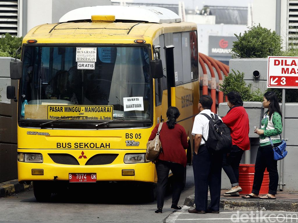Sopir Angkutan Mogok, Bus Sekolah Angkut Penumpang