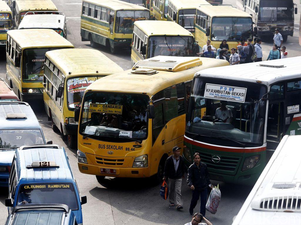 Bus Sekolah Angkut Penumpang di Terminal Kampung Rambutan