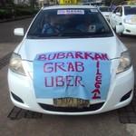 Ribuan Sopir Taksi & Bajaj: Yang Legal Kita, Yang Rugi Kita