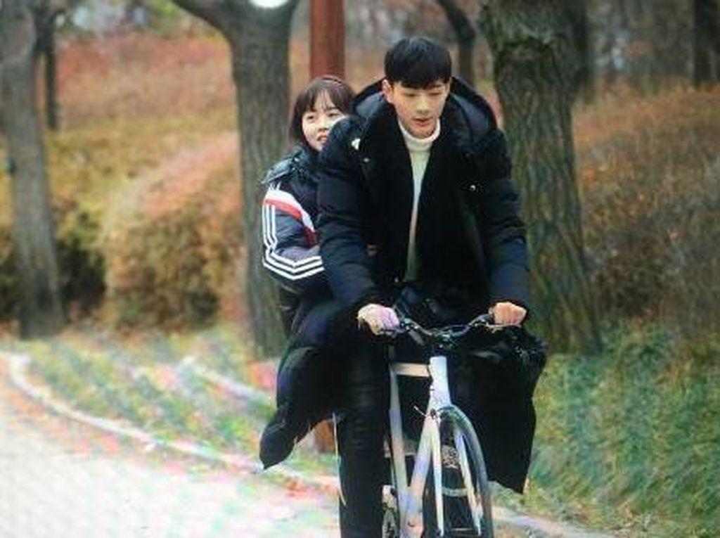 Kim So Hyun dan Ji Soo Kencan Naik Sepeda di Page Turner