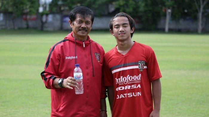 Rafid Habibie (kanan) bersama pelatih Indra Sjafri. (Foto: Twitter Bali United)