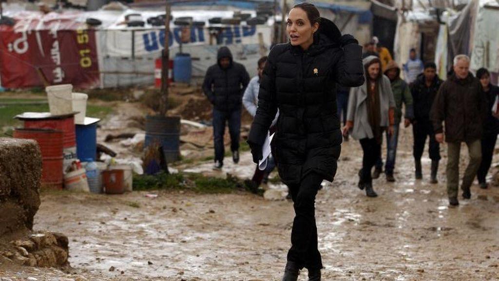 Aksi Angelina Jolie Hujan-hujanan Serukan Kepedulian Pada Pengungsi Suriah