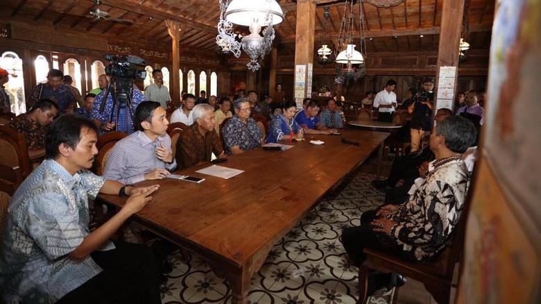 SBY MINTA KEPADA PRESIDEN JOKOWI UNTUK TERUS PERHATIKAN KESEJAHTERAAN GURU
