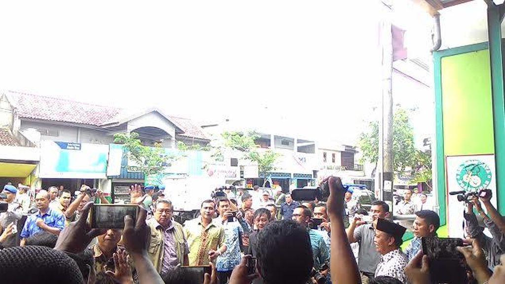 Singgah Makan Siang, SBY Disambati Suporter LA Mania
