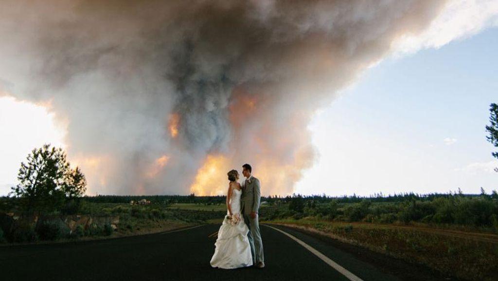 7 Foto Pernikahan Ekstrem yang Pernah Dibuat, di Atas Tebing & Latar Tornado