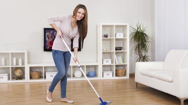 ilustrasi wanita mengepel lantai/