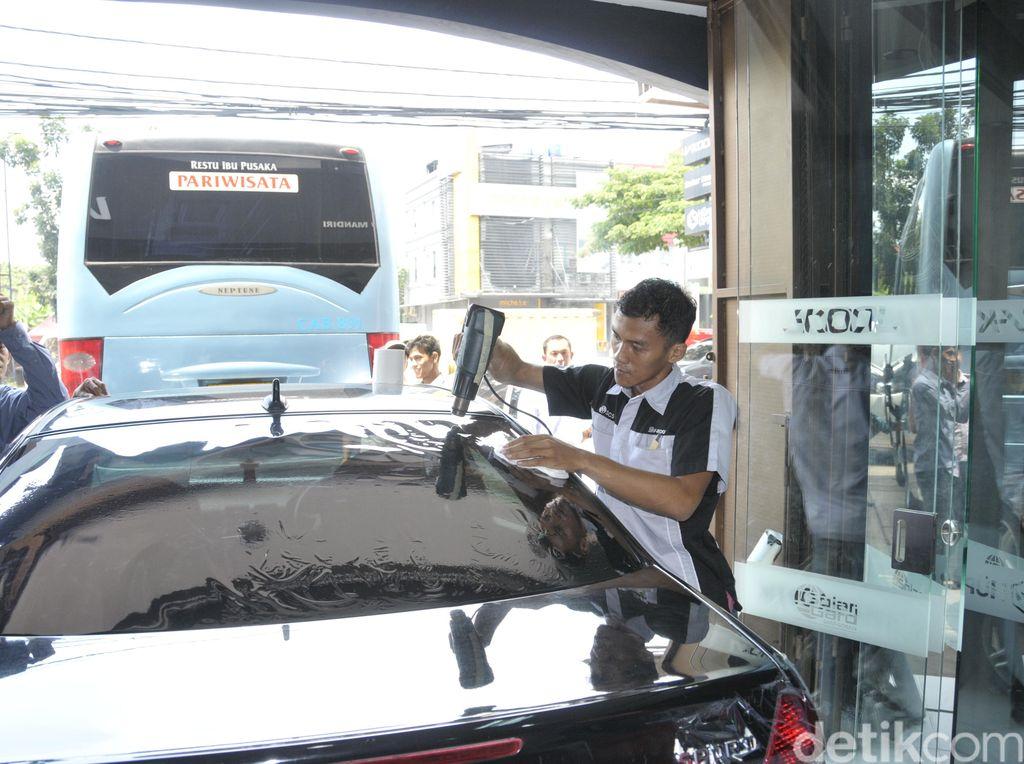 Biar Kaca Nggak Buram, Bagaimana Cara Merawat Kaca Film Mobil?