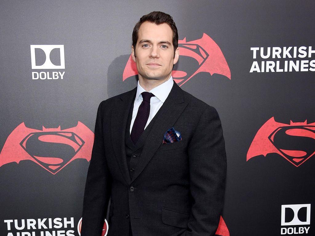 Gantung Jubah Merahnya, Henry Cavill Tak Lagi Superman
