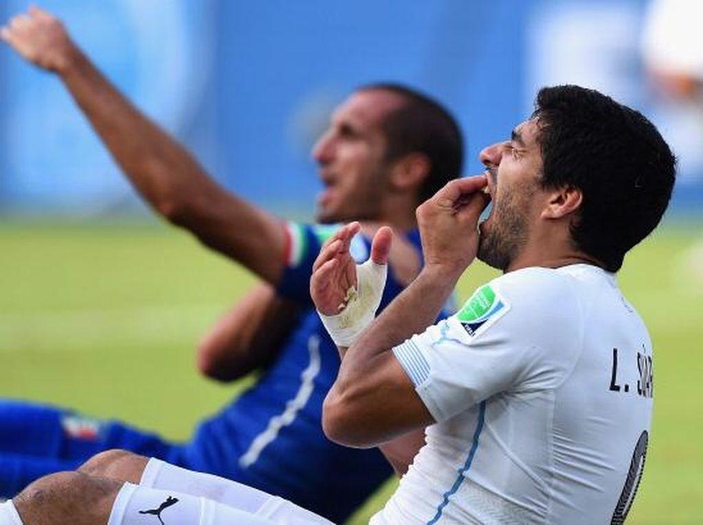 Gigit Chiellini dan Pertaruhan Suarez ke Barcelona