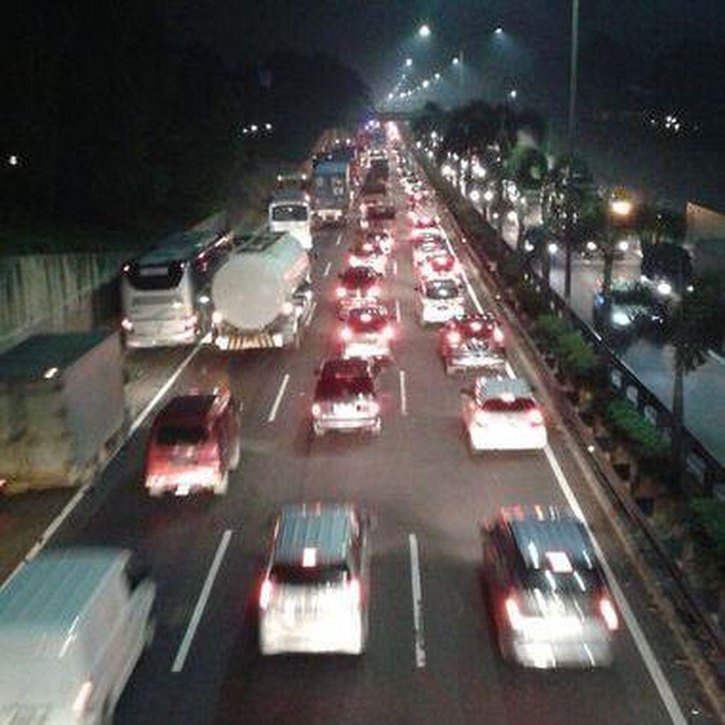 Urai Macet, Polisi Berlakukan Contra Flow di Rest Area Tol Jakarta Cikampek