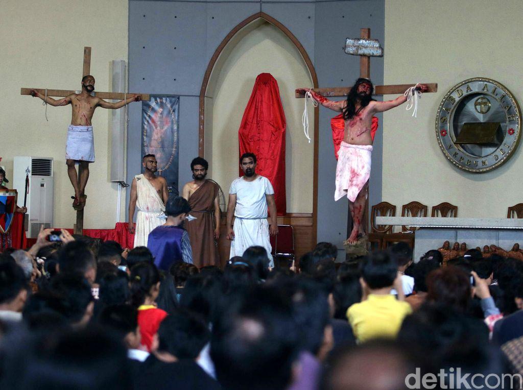 Teatrikal Jalan Salib di Bintaro