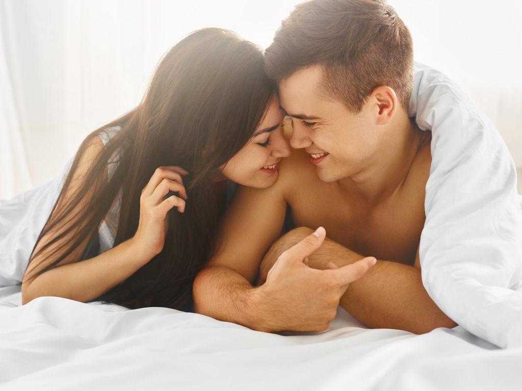 5 Kunci Menggapai Orgasme Bersamaan dengan Pasangan