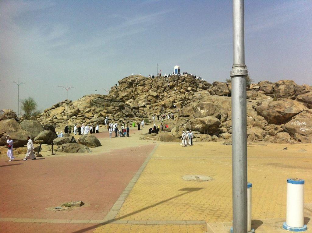 Menyaksikan Langsung Tempat Bertemunya Adam-Hawa di Jabal Rahmah
