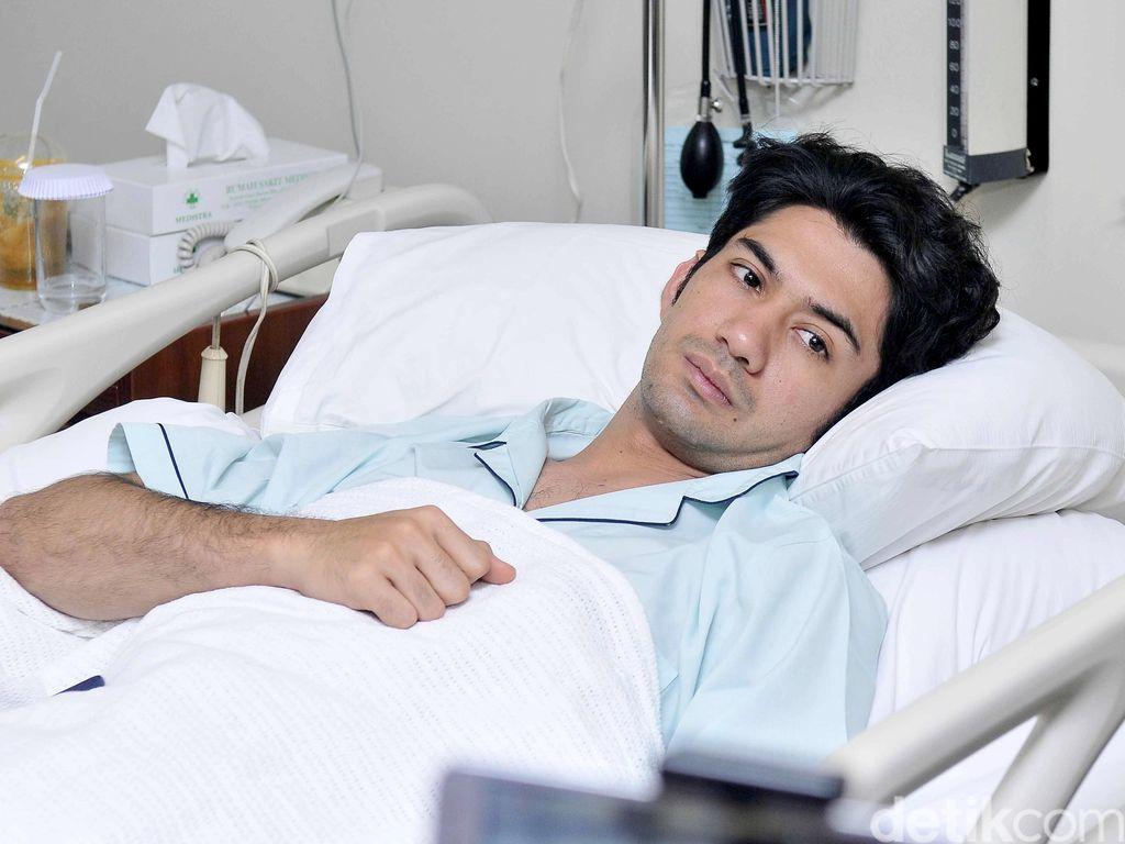 Sakit Tifus, Reza Rahadian Diantar BJ Habibie Masuk Rumah Sakit