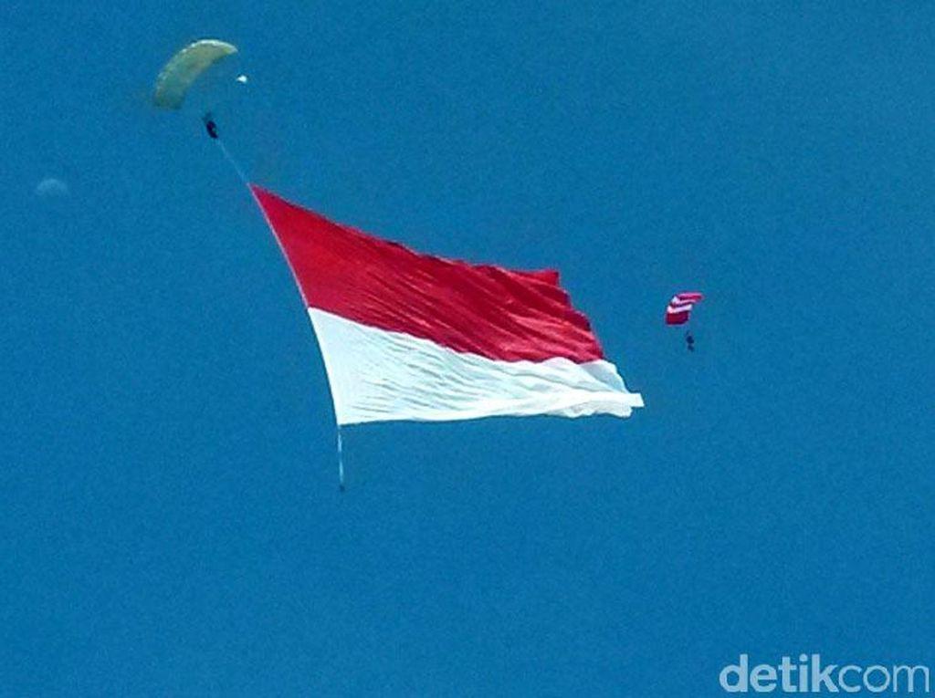 Kopassus Pecahkan Rekor Kibarkan Bendera Merah Putih Terbesar