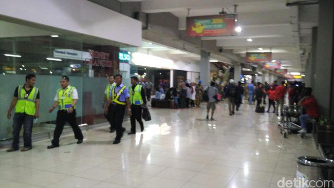 Keluarga Penumpang Batik Air Datangi Bandara Halim