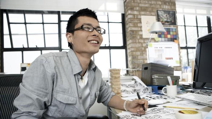 Jangan lupa peregangan kalau biasa duduk berlama-lama di kantor. (Foto: Thinkstock)