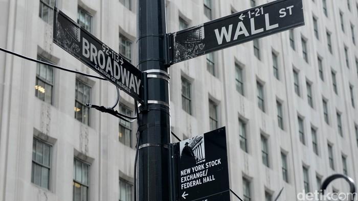 Rambu jalan menunjuk bursa saham New York atau yang dikenal sebagai Bursa Saham Wall Street.