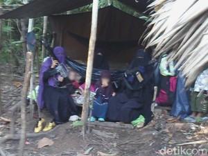 Penampakan Istri Santoso, 2 Perempuan Menenteng Senjata dan Anak-anak di Hutan Poso