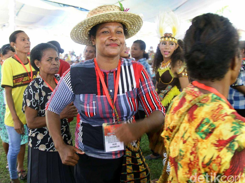 Melihat Kegembiraan Mama Papua Menunggu Presiden