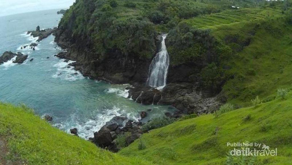 5 Pantai Ajaib di Indonesia yang Punya Air Terjun ke Laut