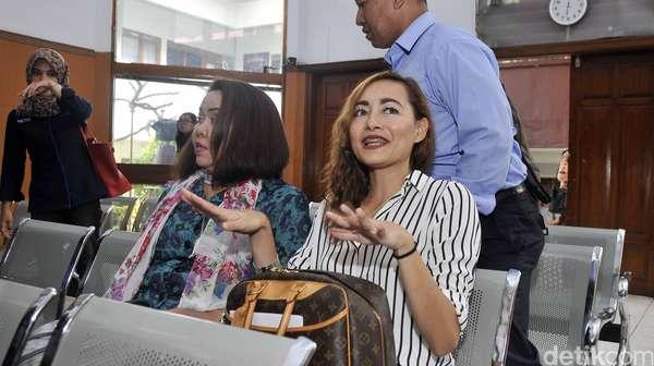 Dewi Rezer Santai Hadiri Sidang Cerai Perdana