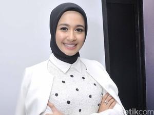 Laudya Cynthia Bella Berikan Tips Siasati Busana Lama untuk Hijabers
