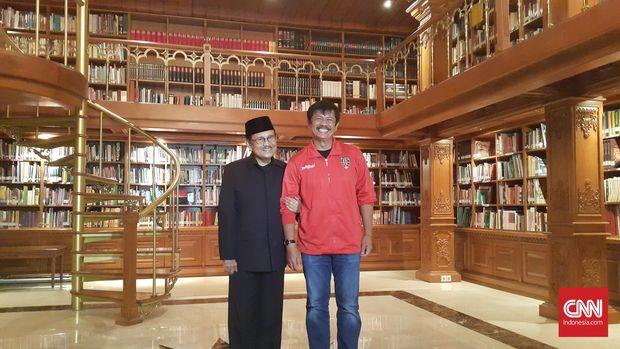 BJ Habibie pernah mengundang Indra Sjafri dan stafnya di Bali United ke kediamannya di Kuningan, Jakarta.