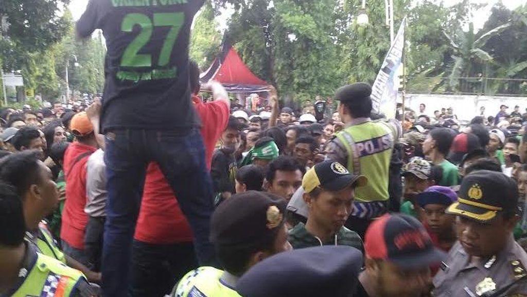 Masuk Stadion Enggan Beli Tiket, Bonek Terlibat Kericuhan dengan Polisi