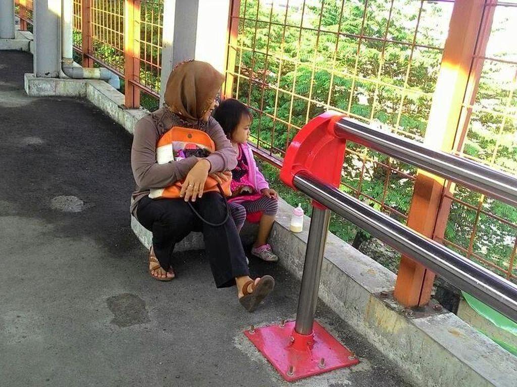 Bangku Jemuran Handuk di Stasiun ini Bikin Ibu dan Anak Mesti Lesehan