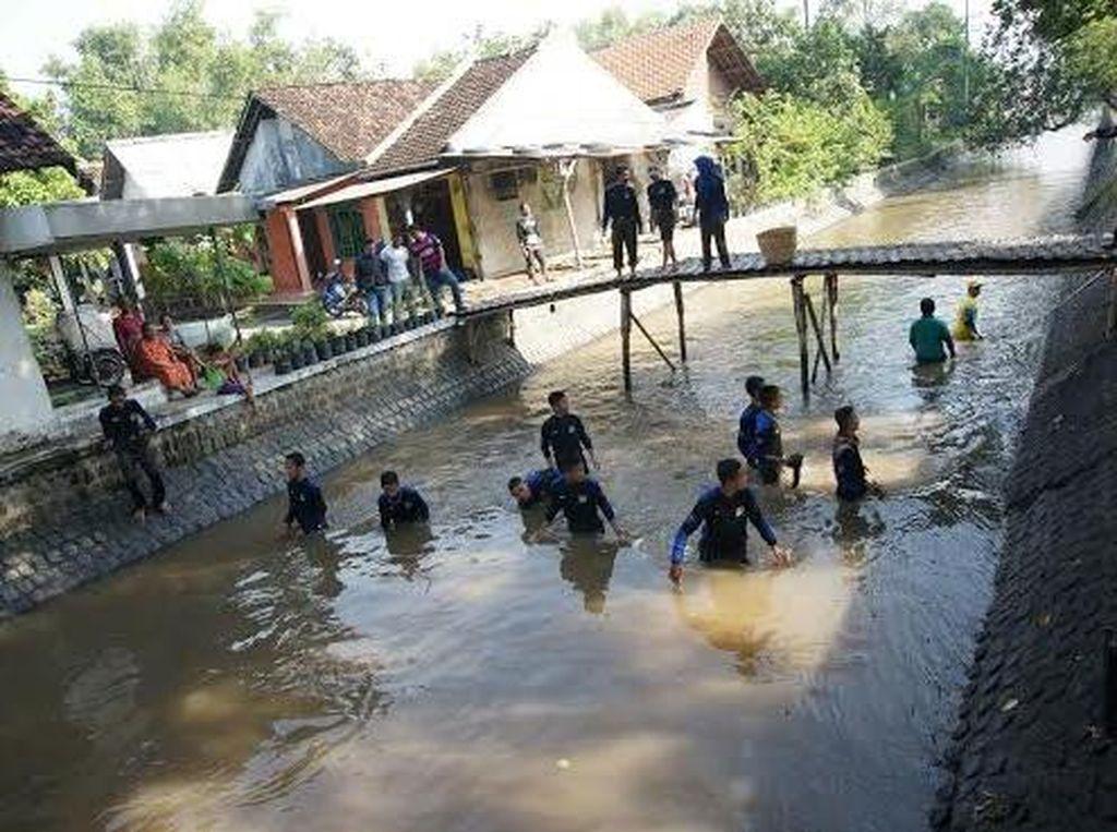 Ratusan Santri Bersih-bersih Sungai Peringati Hari Air