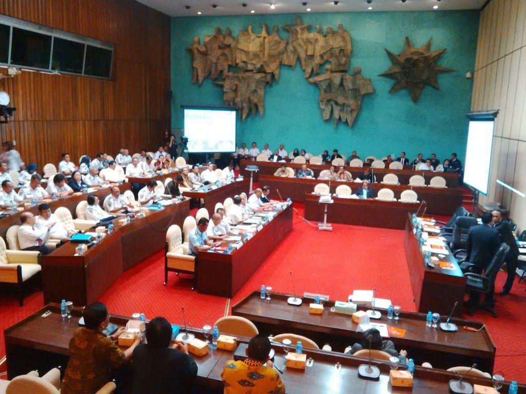 Jonan Rapat Dengan Komisi V DPR Bahas Kecelakaan Pesawat dan Taksi Online